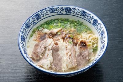 牛骨と共に煮込んだ牛肉は、具材のチャーシューにもなる。「蘭州牛肉麺」(880円) / 功夫 蘭州牛肉麺