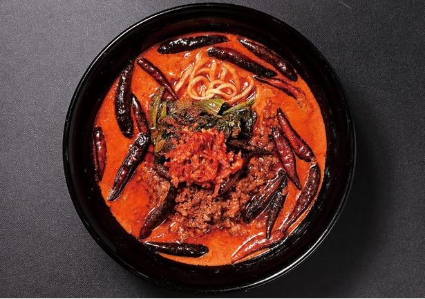 【写真を見る】世界屈指の香辛料キャロライナ・リーパーを使用した一杯。「担担麺(大)無限」(1200円) / 地獄の担担麺 天竜 天文館店
