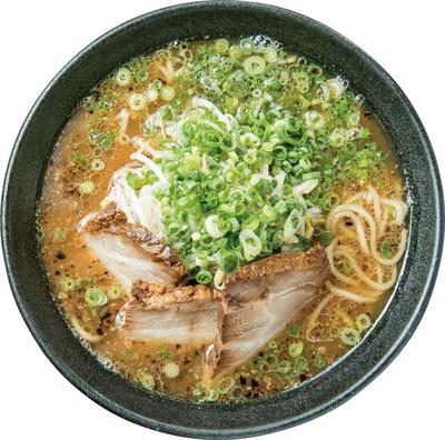 濃厚なスープは、モチモチ食感の自家製麺とよく合う。指宿豚骨ラーメン「かさね」(800円) / 麺屋 二郎 指宿駅前店