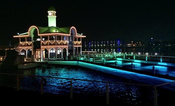 海辺に映る横浜港の夜景とイルミの競演 ※写真はイメージ