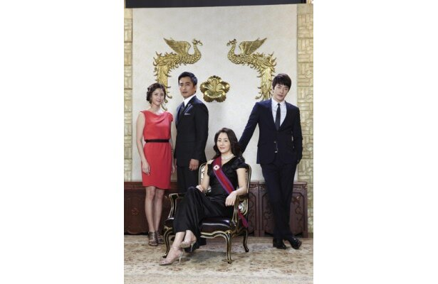 財閥の御曹司と庶民から皇室のプリンセスとなった女性が恋を展開する「マイ・プリンセス」。スンホンは御曹司役