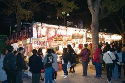 約30の飲食屋台が東遊園地に並ぶ「フードストリート」
