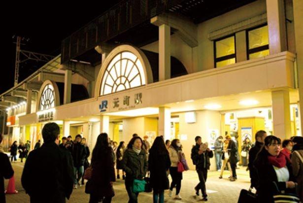 会場最寄り駅の「JR元町駅」東口。順路に従って進もう