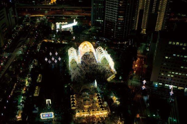 東遊園地の北側にある、神戸市役所1号館24階の展望ロビーからは「神戸ルミナリエ」全体が見渡せる