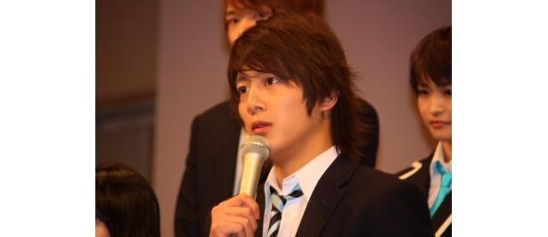【写真をもっと見る】溝端淳平も真摯な表情を見せた。劇中ではモテコーチとなる小宮山ヨウ役に扮する