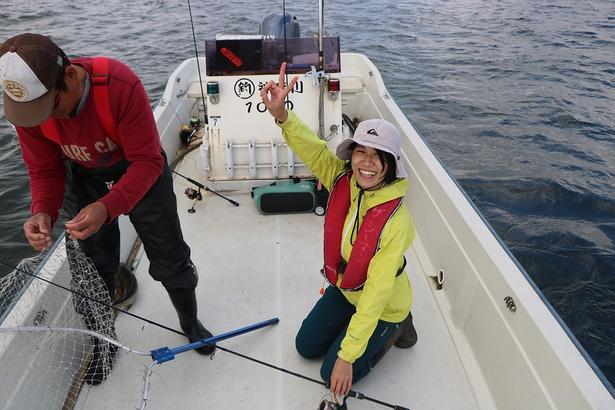 """この日は釣り初心者のそとあそびナビゲーター仲間""""そめちゃん""""も参加。自分で一匹釣り上げてからはもう大はしゃぎ(笑)! 仲間の意外な一面に出会えるのも釣りならでは"""