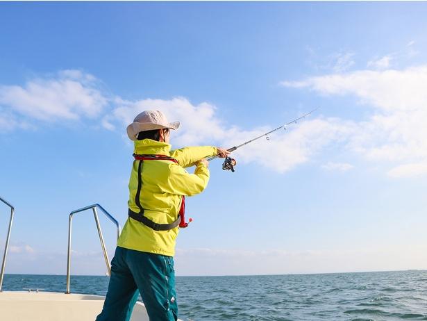大海原に向かって渾身のフルスイング!初心者のそめちゃんも、少し練習したらこの通り。ルアーをカッ飛ばして、日頃のストレスもスッキリ(笑)