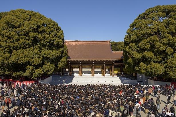 初詣に訪れる参拝客でいっぱいになった明治神宮の様子