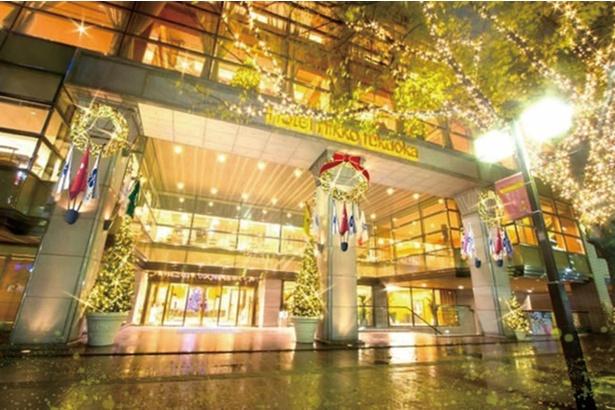 ロビーと正面玄関が金色に輝く / ホテル日航福岡