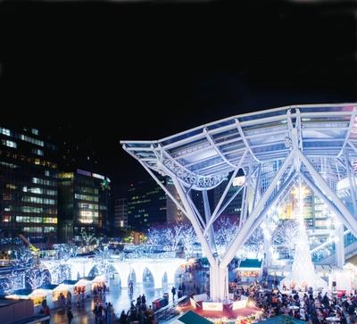 【画像を見る】天神会場とは異なり、青や白のイルミネーションが包み込む博多会場 / クリスマスマーケットin光の街・博多