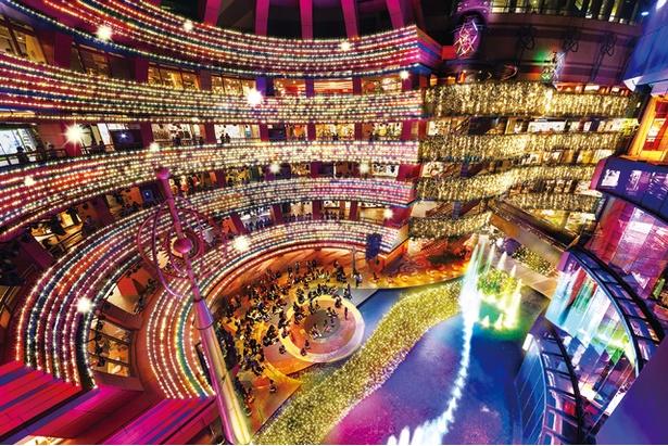 地下1階のステージから見上げれば、180度ビューの光の空間が広がる / キャナルシティ博多
