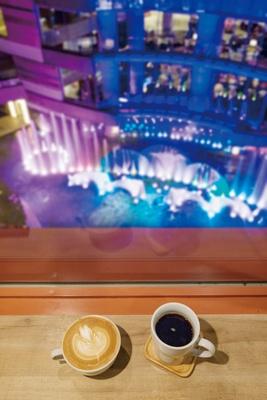 ドリップコーヒー(470円・写真右)、カフェラテ(490円) / CAFFE OTTO Cyclo
