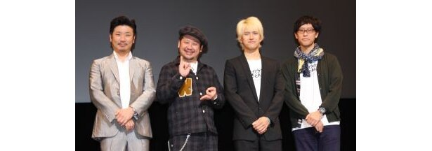 『ゴーストライター・ホテル』の舞台あいさつに登壇した4人(左から世界のナベアツ、ケンドーコバヤシ、主演の阿部力、伊東寛晃監督)
