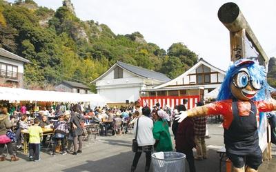【写真を見る】鬼会の里祭り / 名勝「天念寺耶馬」(てんねんじやば)の麓で開催