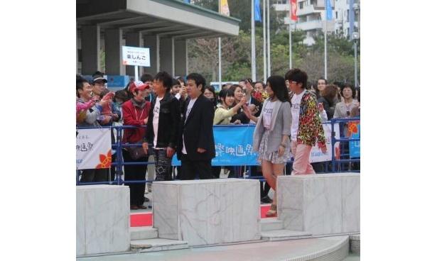 【画像】たくさんの観客が詰め掛けたシアターレッドカーペットと舞台挨拶の様子はコチラ!