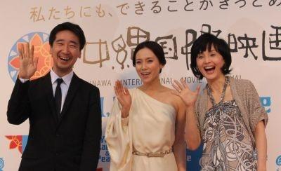 レッドカーペット後に行われたフォトセッションの様子(左から三宅喜重監督、中谷美紀、南果歩)