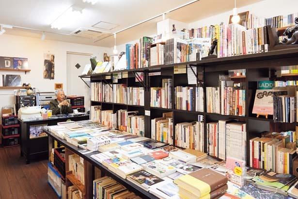 ミニプレスは200以上。ギャラリーも兼ね、随時作品展を開催している/レティシア書房