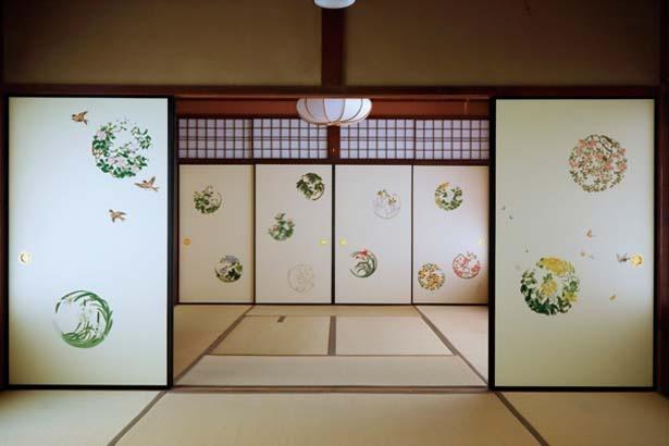 【写真を見る】安川如風が一つずつ再現した襖絵は、四季折々の草花や鳥などが美しい丸型に/妙心寺大雄院「秋の特別拝観」