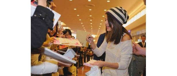【写真】羽田空港でファンからのサイン攻めに快く応じるセレーナ