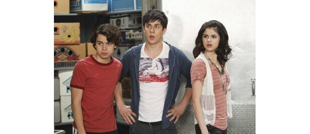 ドラマ「ウェイバリー通りのウィザードたち」ルッソ家の3兄弟(左から)マックス、ジャスティン、アレックス