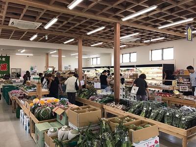 地元の農園で栽培された食材が並ぶ「新鮮市場」もある