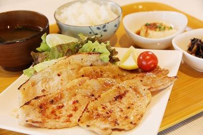 一番人気の定食「豚の味噌麹焼き」(950円)。やっこ、小鉢、お新香付き