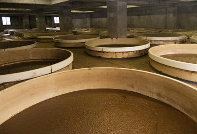 醤油のもととなるもろみの入ったタンクが並ぶ「仕込蔵」