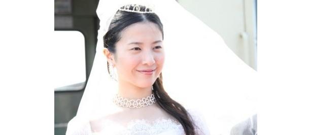 【写真をもっと見る】吉高由里子が劇中でキュートなウエディングドレス姿を披露
