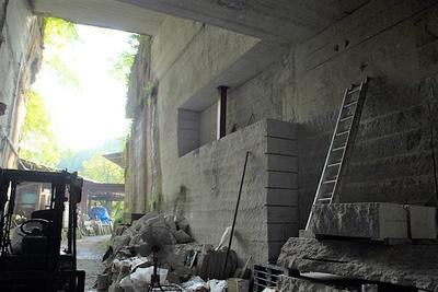 入口付近と奥では手前上部では壁の掘跡に変化が。手掘りから機械掘りへ変化した跡だ