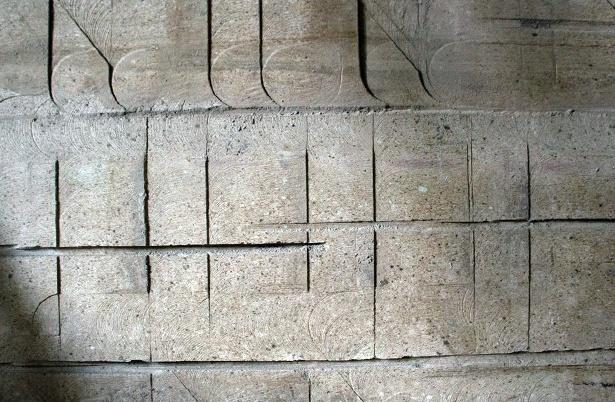 坑内の壁。石が切り出された跡もアートっぽい