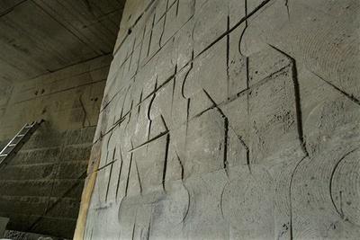 石を切り出した後は、リズミカルに刻まれた装飾のようにも見える