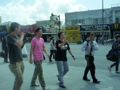 2月にコザの街を散策しながら行われたCM撮影の様子