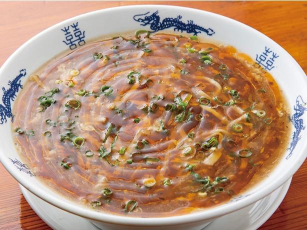 黄金の福ワンタン まくり / 「酸辣麺」880円(税込)。鶏ガラと野菜を長時間煮込んだスープで極上のコクをプラス。卓上に黒酢を置き、酸味の調整ができる