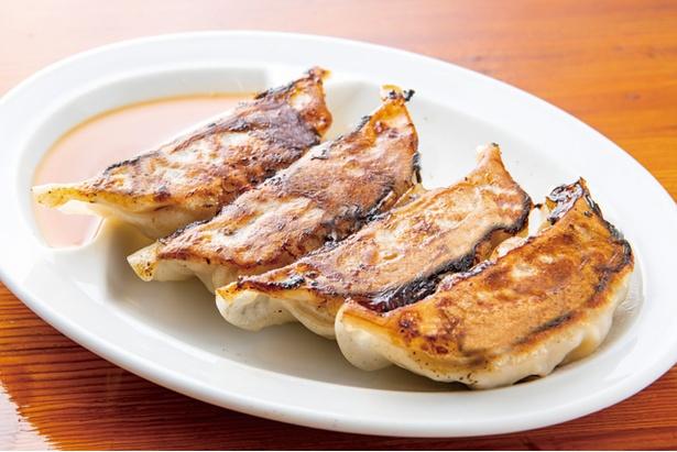 黄金の福ワンタン まくり / 「特大焼き餃子」(4個入り440円・税込)。豚と鶏で作るあんの肉汁がジューシーな、食べ応え満点の一品