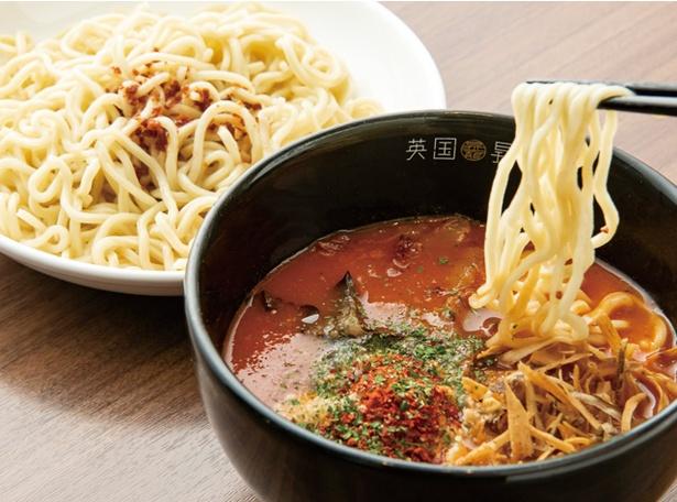 英国昇龍 EIKOKU SHORYU / 「アラビアータつけ麺」(1375円・税込)。揚げゴボウ、ナス、粉チーズ、パプリカ、唐辛子がつけ汁に入る。麺の上にかかるのはガーリックオイル