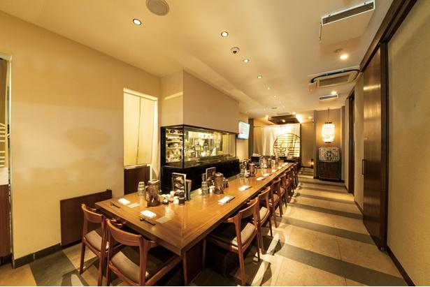 英国昇龍 EIKOKU SHORYU / テーブル、カウンター、個室など。各席をスポットライトで照らす