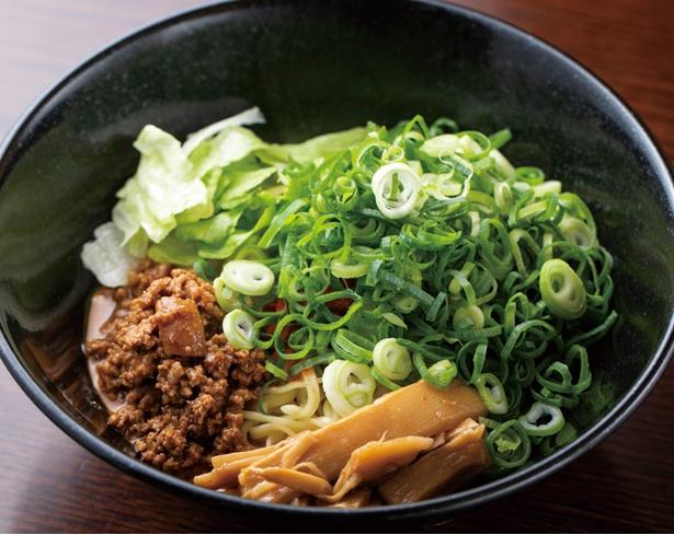 中華そば かなで / 「汁なし担々麺」(780円・税込)。豚挽き肉は甜麺醤で甘めに、タレはラー油などでピリ辛に仕上げてある。ネギもたっぷりと盛られる
