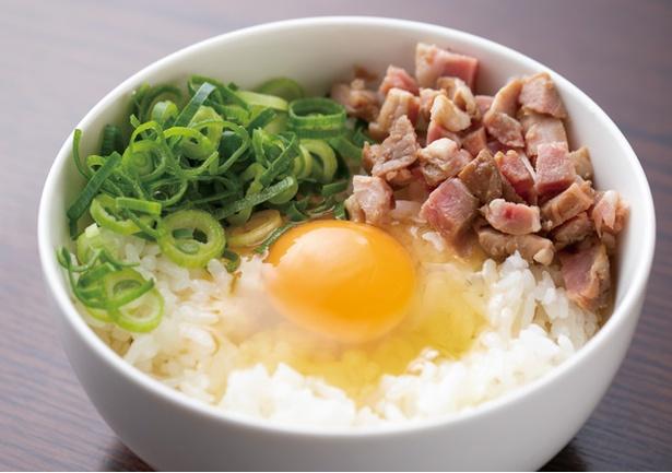 """中華そば かなで / 「玉子かけご飯」(250円・税込)。汁なし担々麺の""""追い飯""""用としても人気。刻みチャーシューものる"""