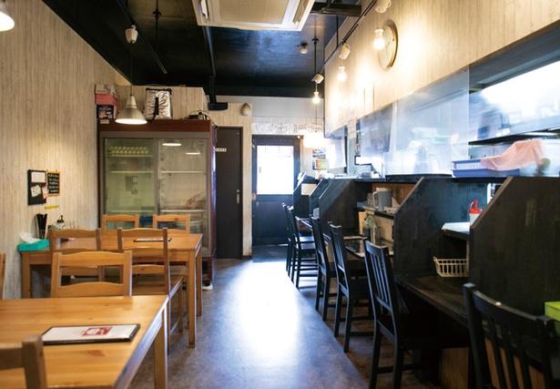 中華そば かなで / 仕切りのあるカウンターとテーブル席。濃縮プーアル茶を置く