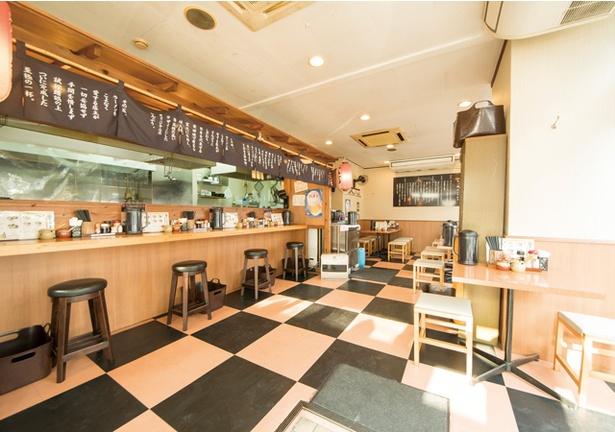 博多 一成一代 / カウンターは暖簾をかけて屋台風の雰囲気に。無料辛子高菜もあり