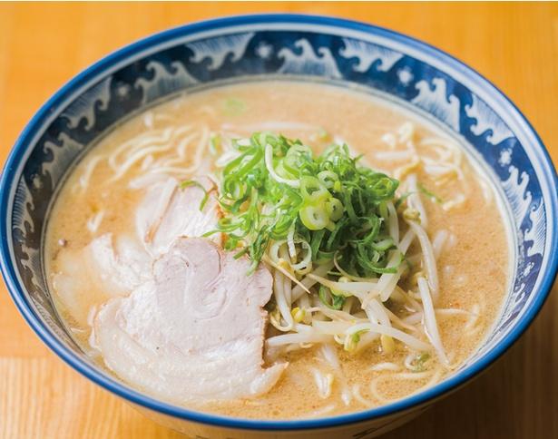 らぅ家 / 「みそラーメン」(650円・税込)。鶏ガラスープに数種の味噌をブレンド。甘すぎず、適度な濃度に仕上げる。自家製中太縮れ麺の麺量は130g