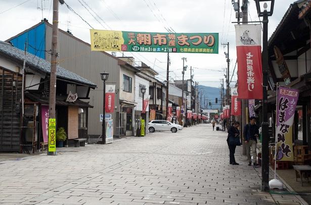 通りの両側には店がずらりと並ぶ