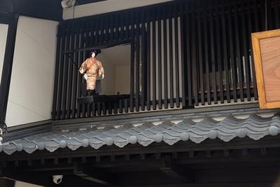 店の2階から能を舞うからくり人形が。通り沿いの2か所で見られる