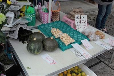 朝市には地元産の野菜などが並ぶ。手作り感がまたいい