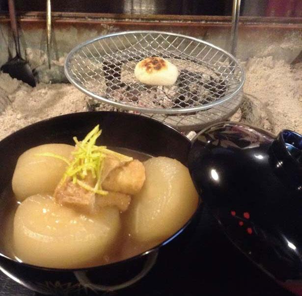 【写真を見る】焼き餅や志んこ、抹茶が付く、秋・冬限定の大根炊き(2000円)は紅葉散策で小腹がすいた時にもってこい/平野屋