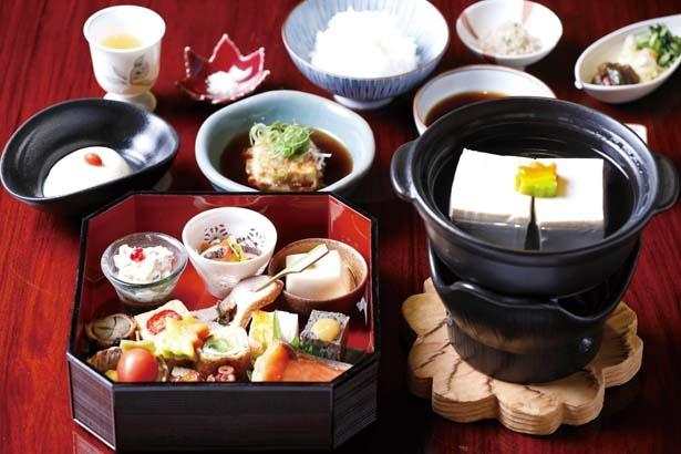 「松葉(しょうよう)」(3800円)は昼席のみ。八寸盛りや湯豆腐など全7品。予約が確実/松籟庵