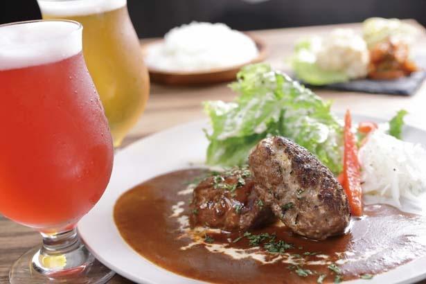 鹿肉合挽き肉のハンバーグセット(1500円)。鹿肉のハンバーグに前菜3種、ライス付き。昼呑みビールは500円から/美山食堂