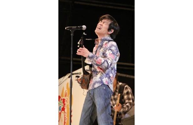 「エール,ラフ&ピースSPライブ」で熱唱するTHE BOOM・宮沢和史