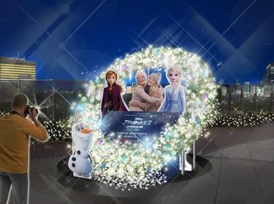 【写真】アナとエルサ、そしてオラフと一緒に、クリスマスリースの前で記念撮影