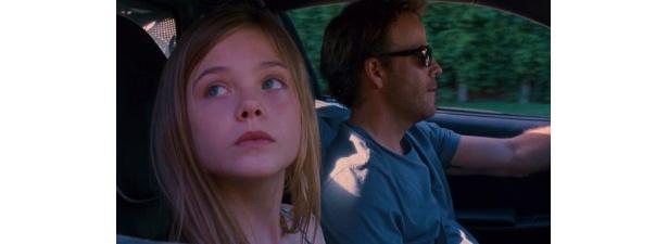【写真をもっと見る】11歳の娘・クレオ役のエル・ファニング(姉はダコタ・ファニング)が超キュート
